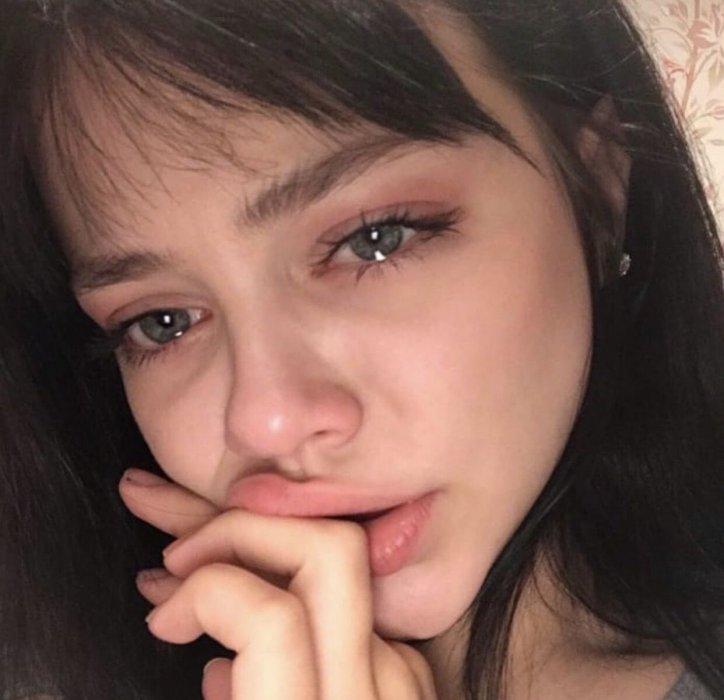 عکس دختر گریان.jpg